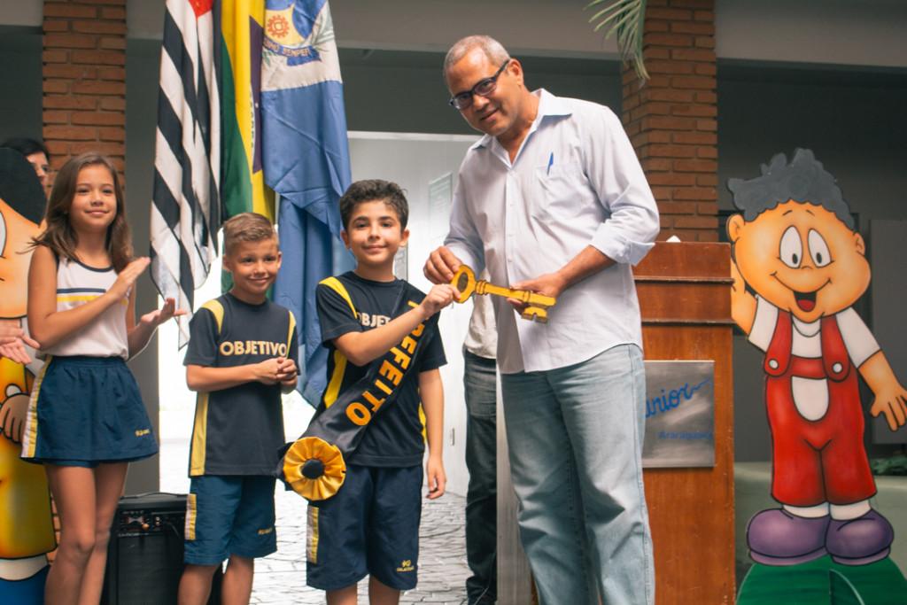 Vereador entrega a chave da mini-cidade ao prefeito eleito