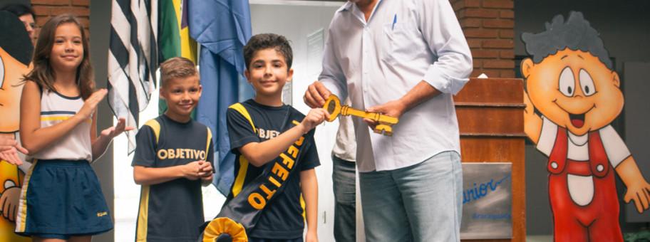Entrega da faixa e a chave da mini-cidade Juniorlândia ao novo prefeito eleito